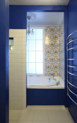 Ярко-синяя ванная комната с узорами на стенах