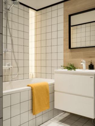 Ванная комната в современном стиле с недорогим дизайном, белой плиткой, керамической плиткой, полом из керамической плитки, белым полом, ванной в нише, душем над ванной и консольной раковиной