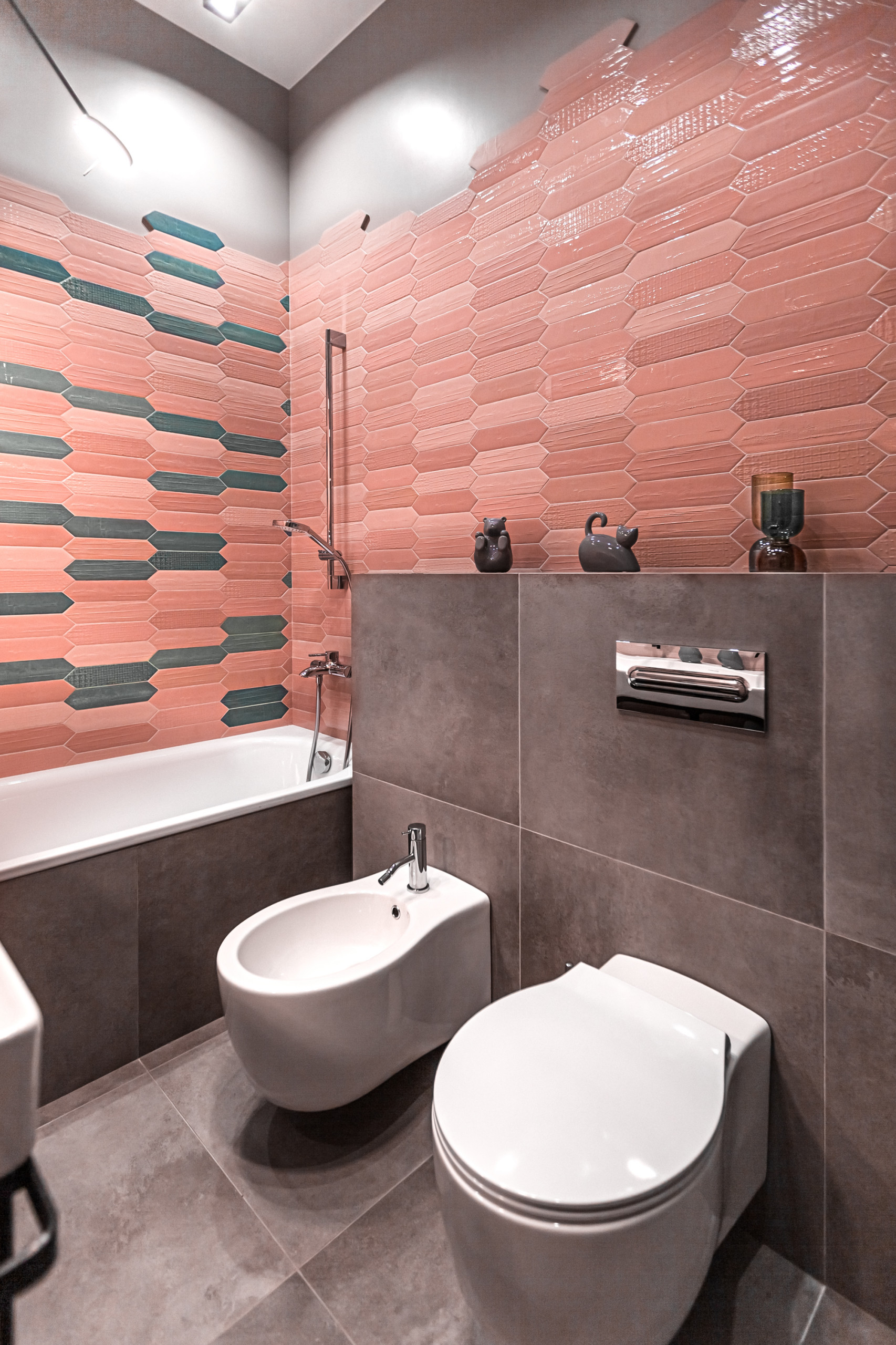 Ванная комната с розовыми стенами в стиле фьюжн