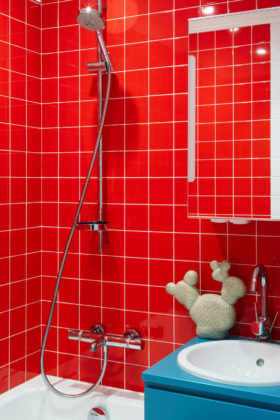Ярко-красная ванная комната