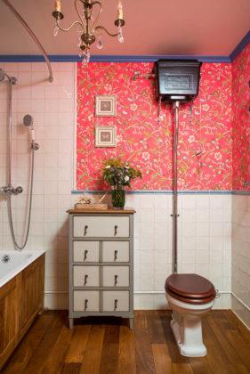 Ванная комната с ярко-розовым узором на стене