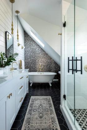Ванная комната в классическом современном стиле с ванной на ножках, душем в нише, столешницей из искусственного кварца