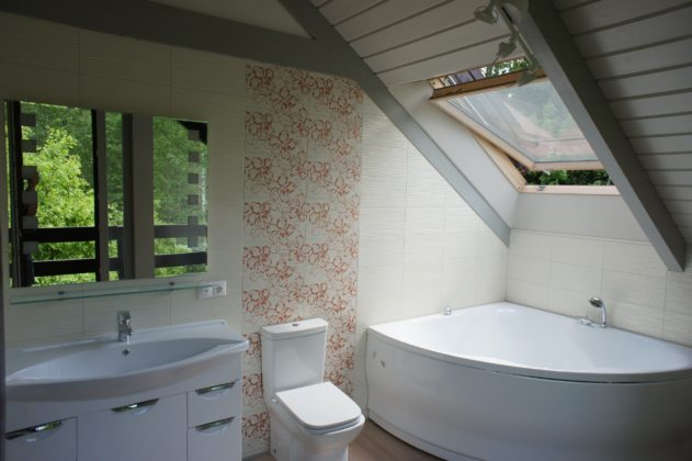 Ванная комната с аттиковой стеной в современном стиле
