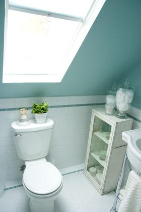 Ванная комната в мансарде в классическом стиле с подвесной раковиной, зелеными стенами и полом из керамогранита