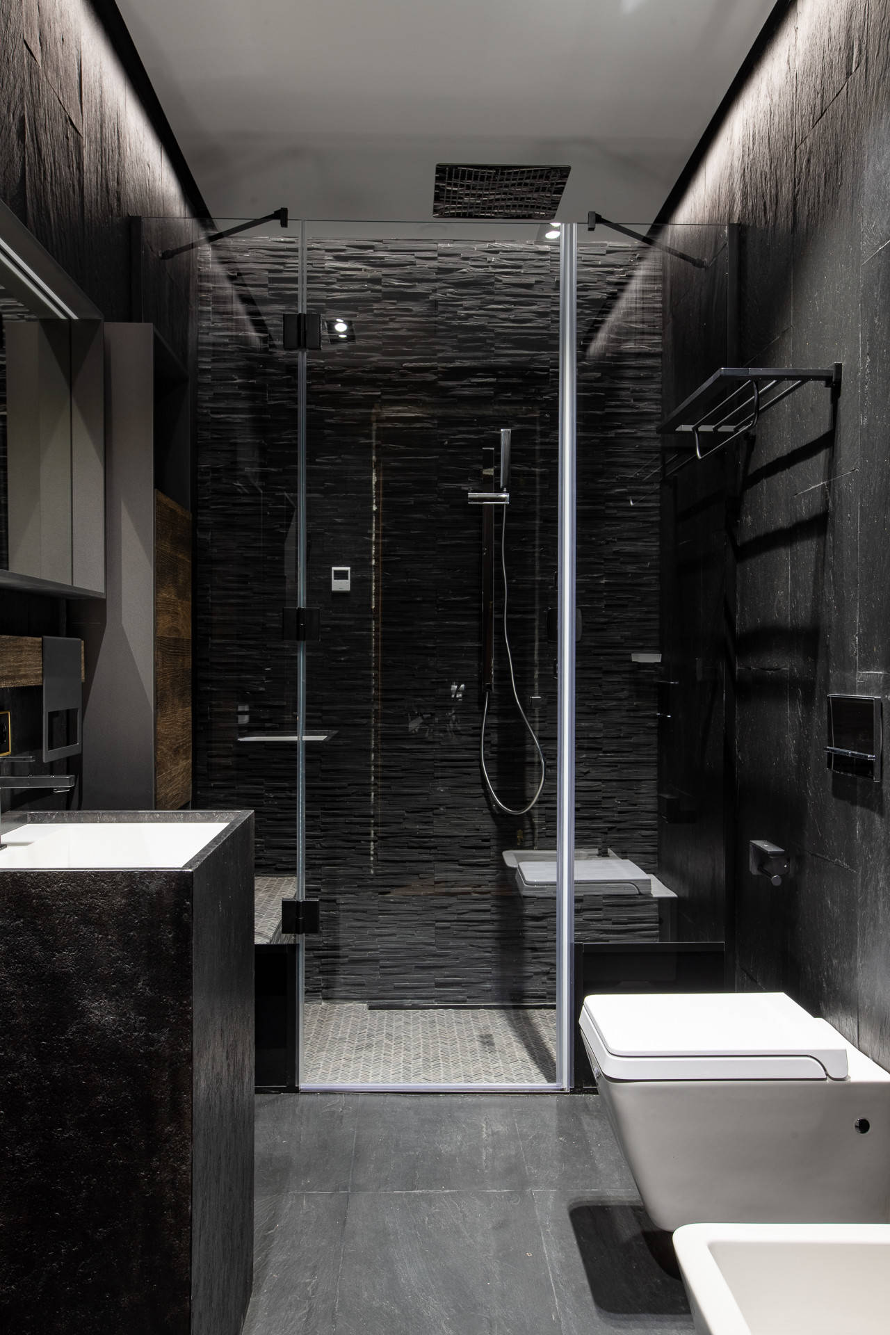 Черные стены и темный потолок в ванной