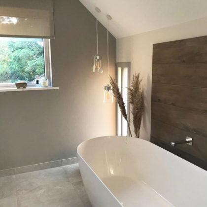 Дизайн ванной комнаты в мансарде в современном стиле с отдельно стоящей ванной