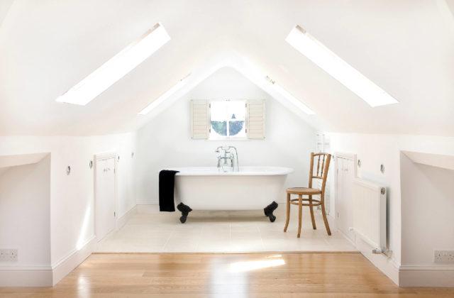 Дизайн ванной комнаты с аттиковой стеной в современном стиле с керамической плиткой