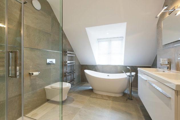Ванная комната со скошенным потолком в современном стиле с угловым душем и коричневой плиткой