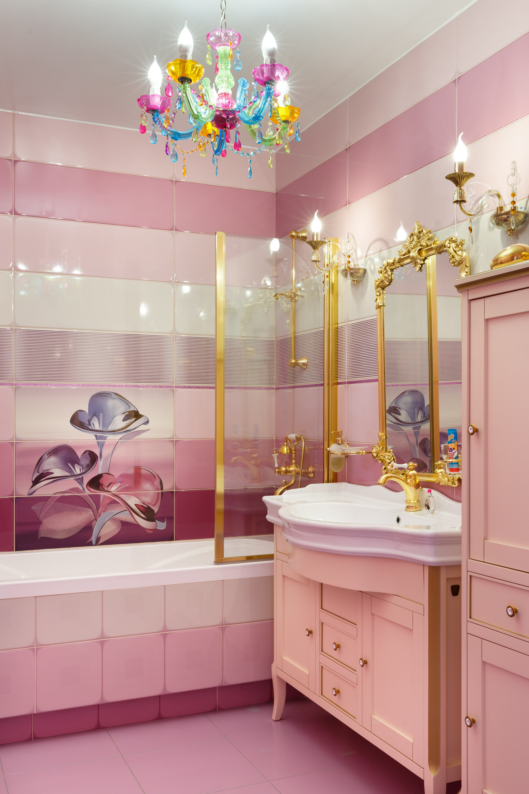 Ванная комната в стиле фьюжн с розовой плиткой, керамической плиткой, розовыми стенами, полом из керамической плитки, накладной раковиной, фасадами в стиле шейкер, ванной в нише и душем над ванной