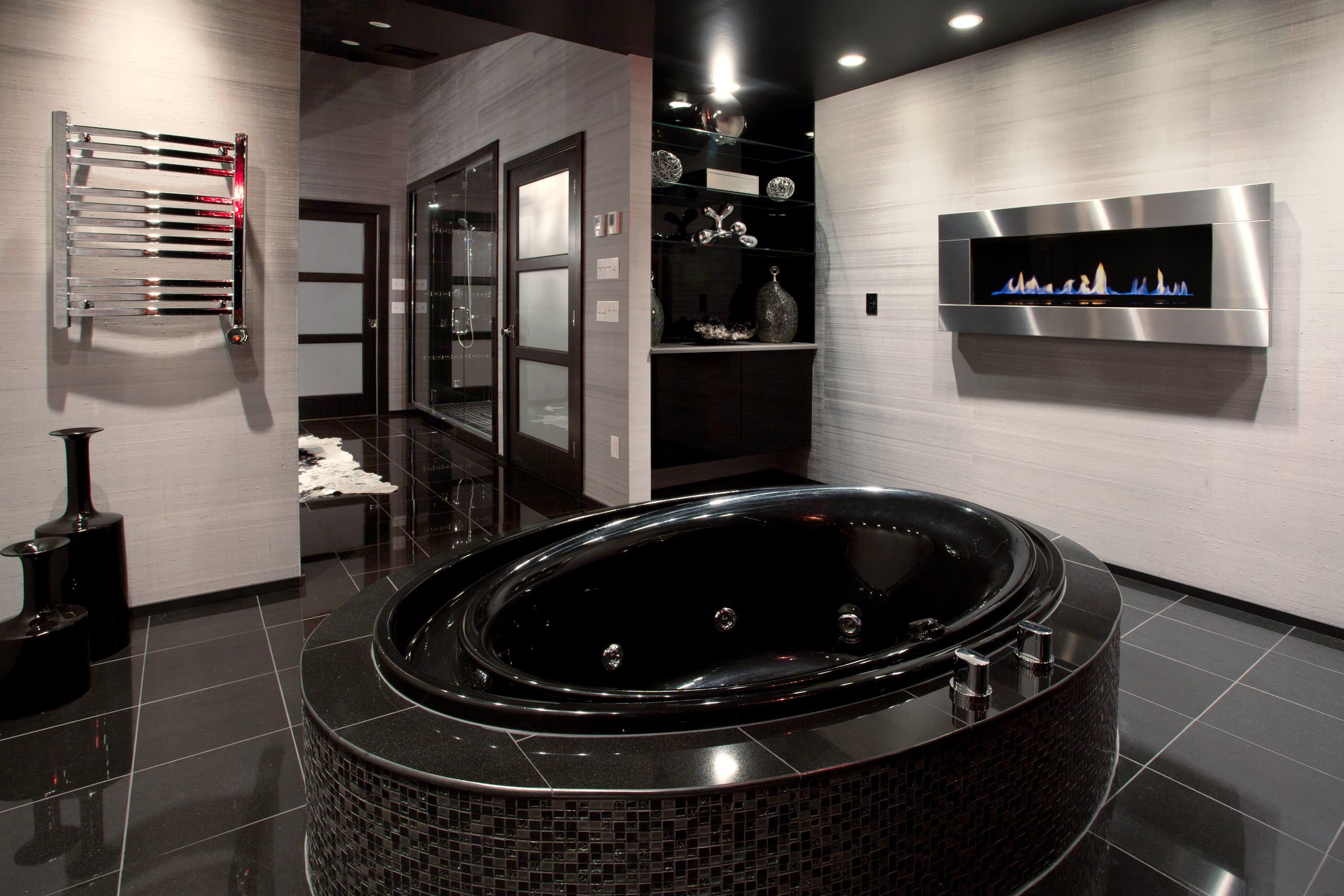 Черный пол, черная ванна, черный потолок в ванной комнате