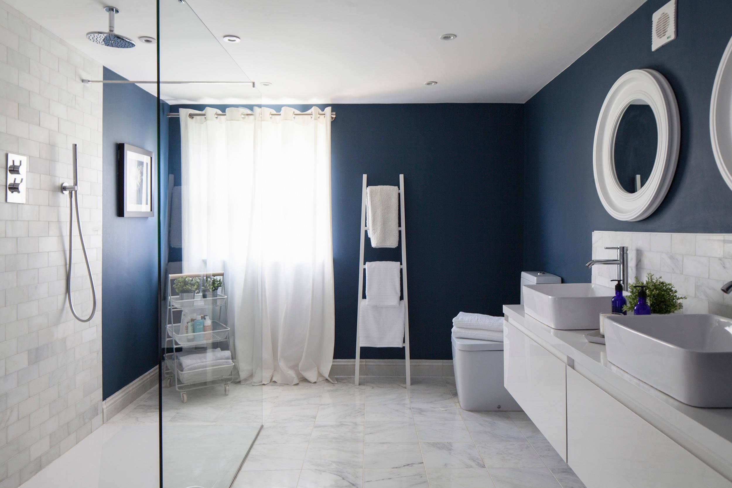 Темно-синие стены в ванной, белый пол, белая сантехника