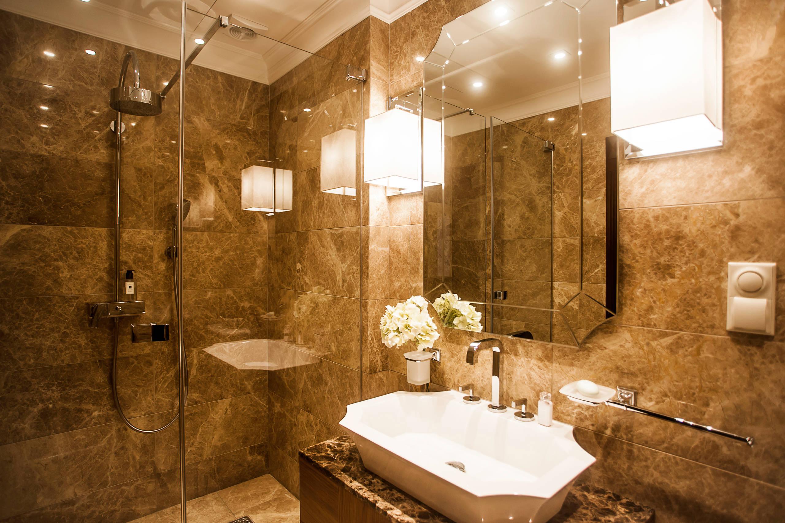 Темный мрамор на стенах ванной комнаты