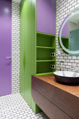 Ванная с аксессуарами ярких фиолетовых и зеленых цветов