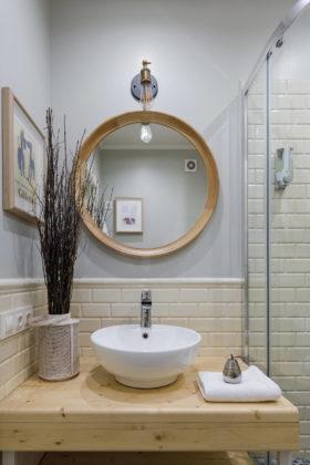 Ванная комната с недорогим дизайном в стиле фьюжн с плиткой кабанчик, серыми стенами, душевой кабиной, настольной раковиной, столешницей из дерева и белой плиткой