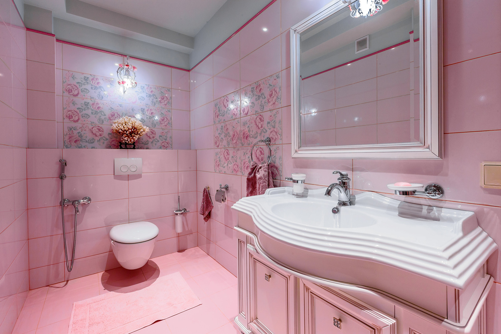 Ванная комната в классическом стиле с розовыми стенами и розовым полом