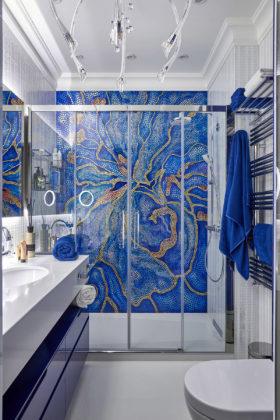 Ванная комната с ярким дизайном синего цвета с узорами