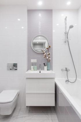 Ванная комната с недорогим дизайном, плоскими фасадами, белыми фасадами, серой плиткой, керамической плиткой, белыми стенами и полом из керамогранита