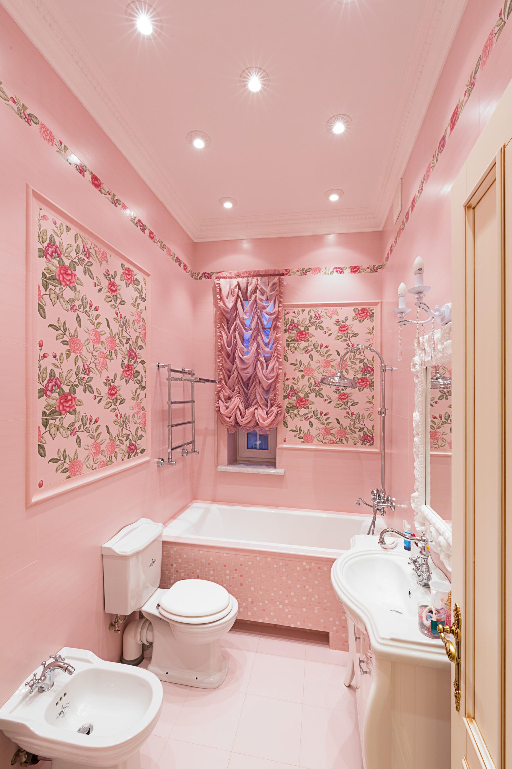 Розовая ванная комната с узорами на стенах