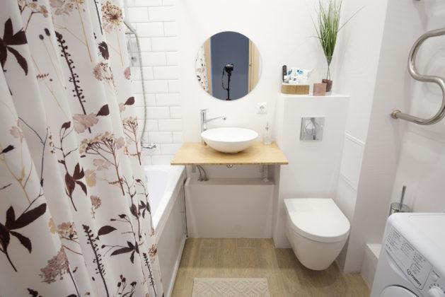 Ванная комната в скандинавском стиле с недорогим дизайном, белыми стенами, полом из керамогранита, бежевым полом, открытым душем, бежевой столешницей и плиткой кабанчик