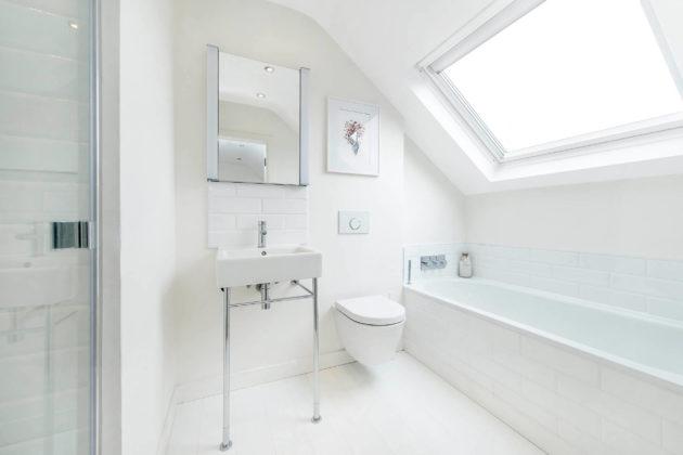 Ванная комната с аттиковой стеной в современном стиле с керамической плиткой