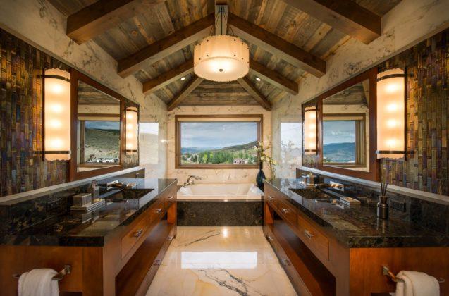 Ванная в мансарде со скошенным потолком из дерева, с разноцветной плиткой и столешницей из гранита