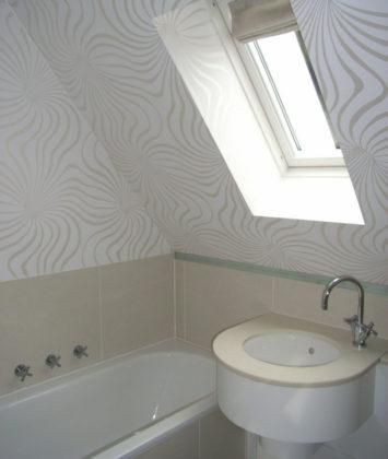 Ванная комната в мансарде со скошенным потолком в современном стиле