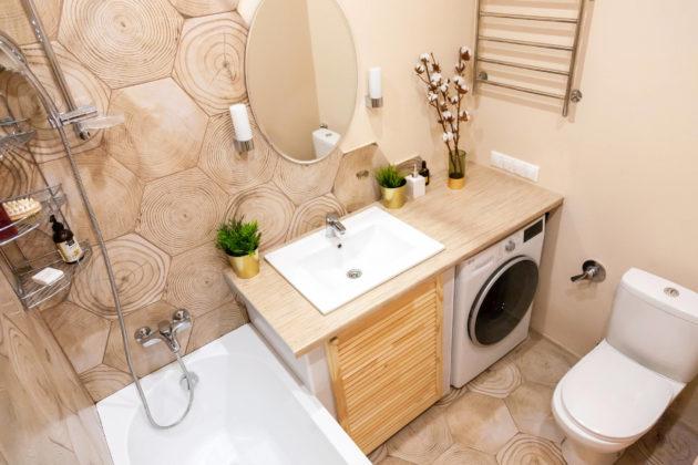 Ванная комната в скандинавском стиле с недорогим дизайном, унитазом-моноблоком, коричневой плиткой, керамической плиткой, бежевыми стенами, полом из керамической плитки, врезной раковиной, столешницей из ламината, коричневым полом, шторкой для ванной и бежевой столешницей