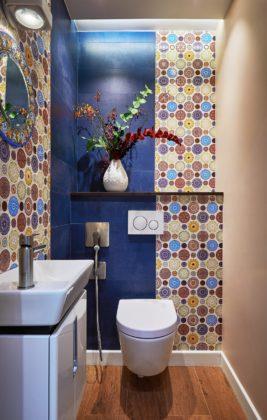 Маленькая ванная в ярко-синих тонах с узорами