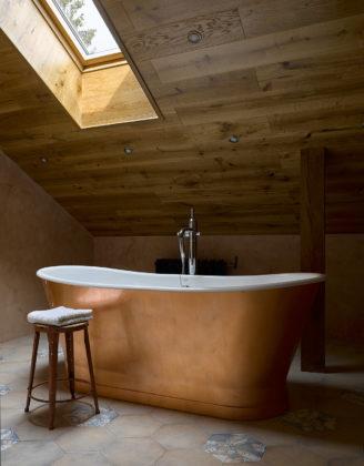 Ванная комната с аттиковой стеной в средиземноморском стиле с бежевыми стенами
