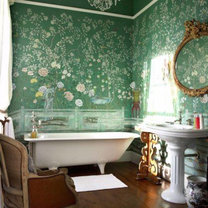 Ванная стенами ярко-зеленого цвета с узорами