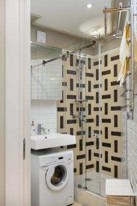 Ванная комната в стиле современная классика с недорогим дизайном, инсталляцией, белой плиткой, бежевой плиткой, плиткой кабанчик, подвесной раковиной, душевой кабиной, душем с раздвижными дверями и душем в нише