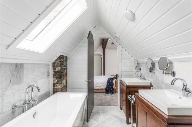 Ванная комната со скошенным потолком в классическом стиле, серой плиткой и белыми стенами