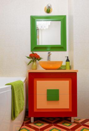 Ванная с аксессуарами ярких цветов