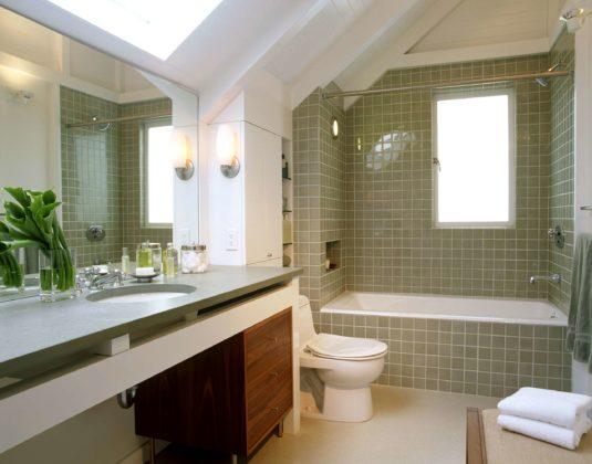 Ванная комната в классическом современном стиле с врезной раковиной и ванной в нише