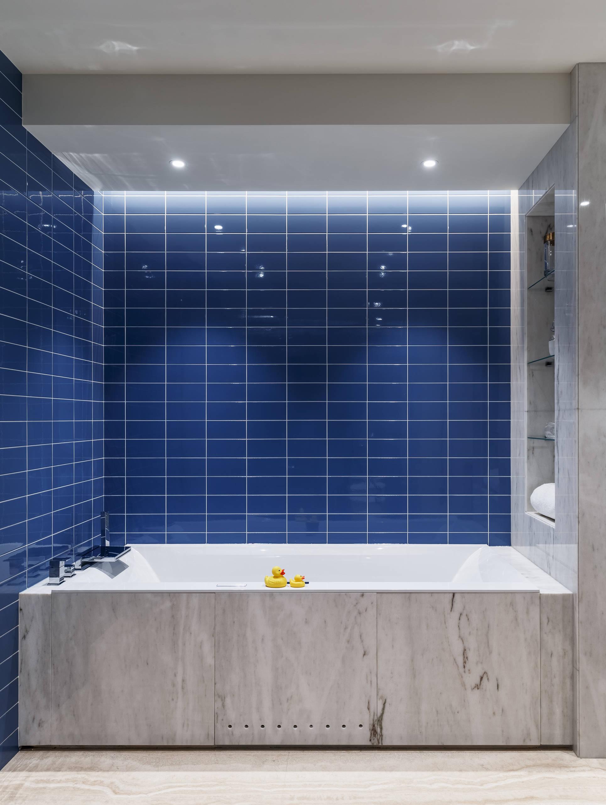 Темно-синяя плитка в инетерьере вашей ванной