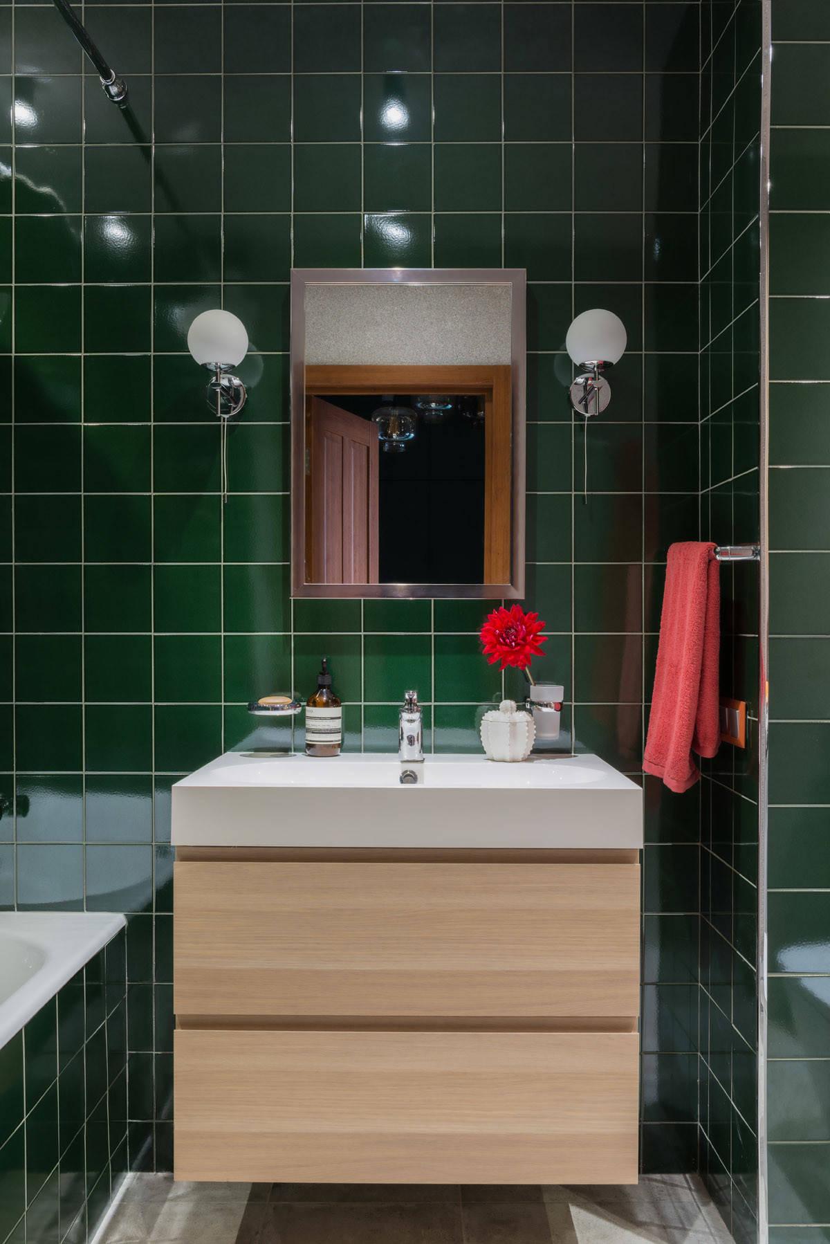 Темно-зеленая плитка в интерьере ванной