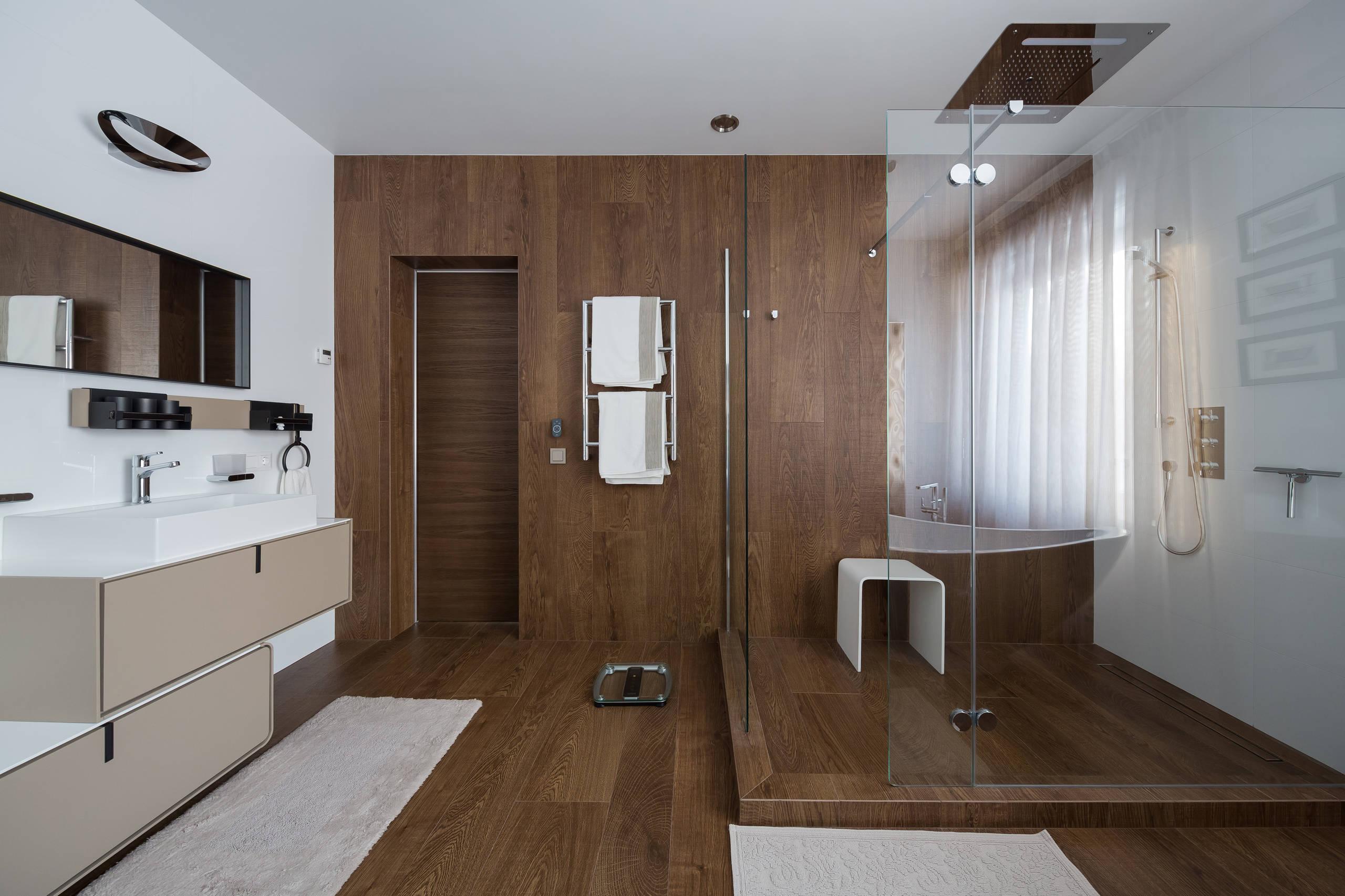 Темно-коричневая плитка в ванной