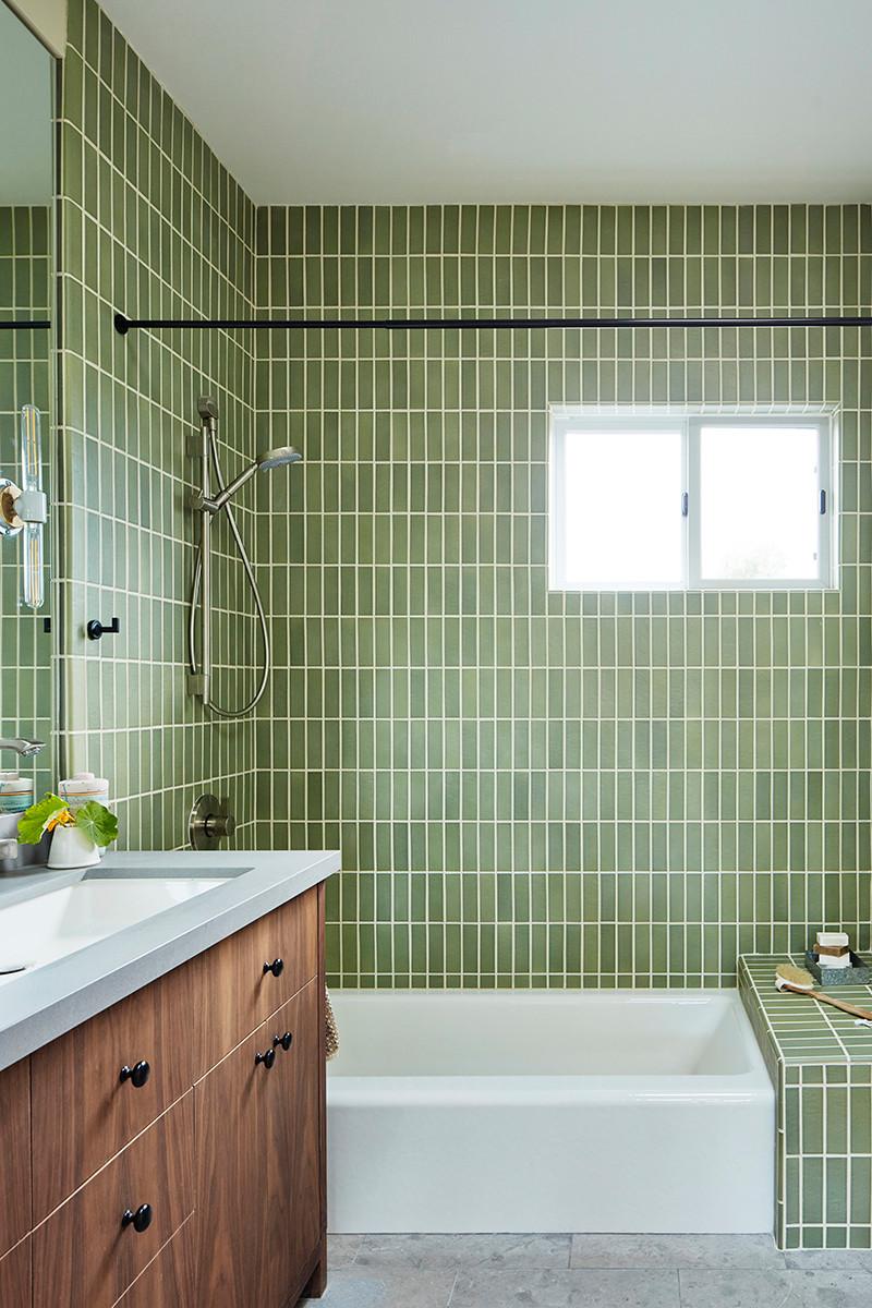 Темно-зеленая плитка в ванной комнате