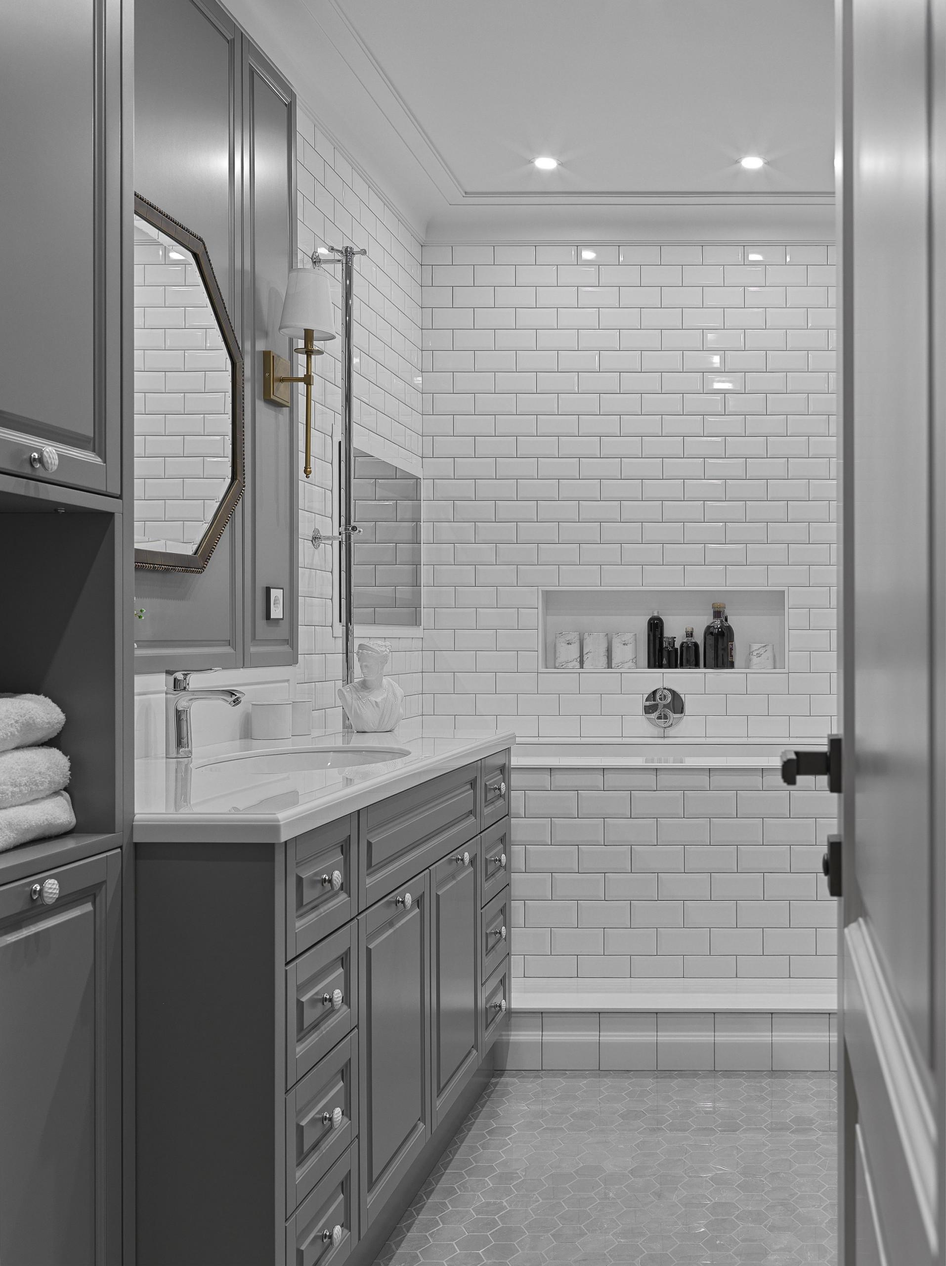 Ванная с темно-серой плиткой и темно-серой мебелью