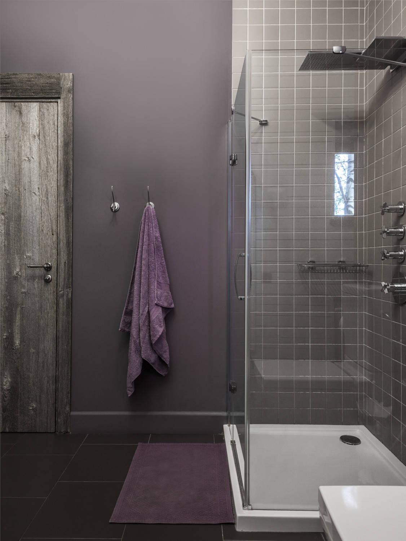 Темно-серая плитка на стенах и полу ванной комнаты