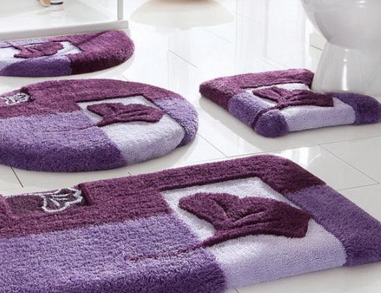 Фиолетовые коврики в ванной