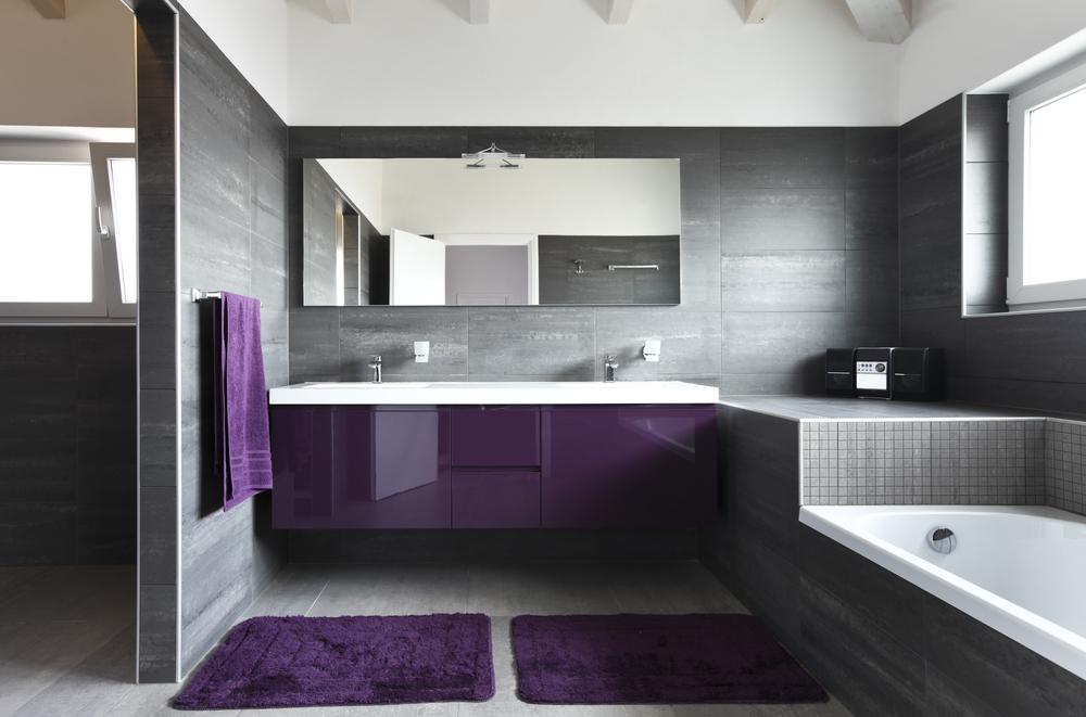 Дизайн ванной комнаты в фиолетово черном цвете