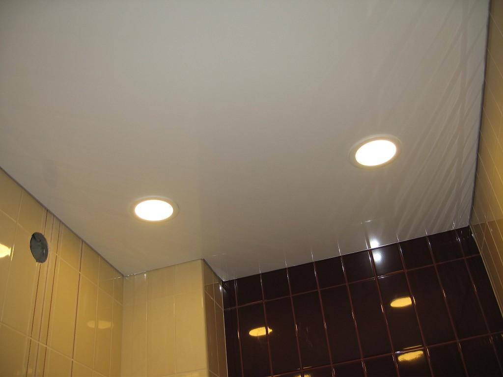 Дизайн натяжных потолков в ванну