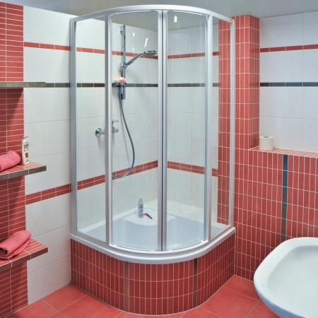 Фото маленькой ванной с душевой кабиной