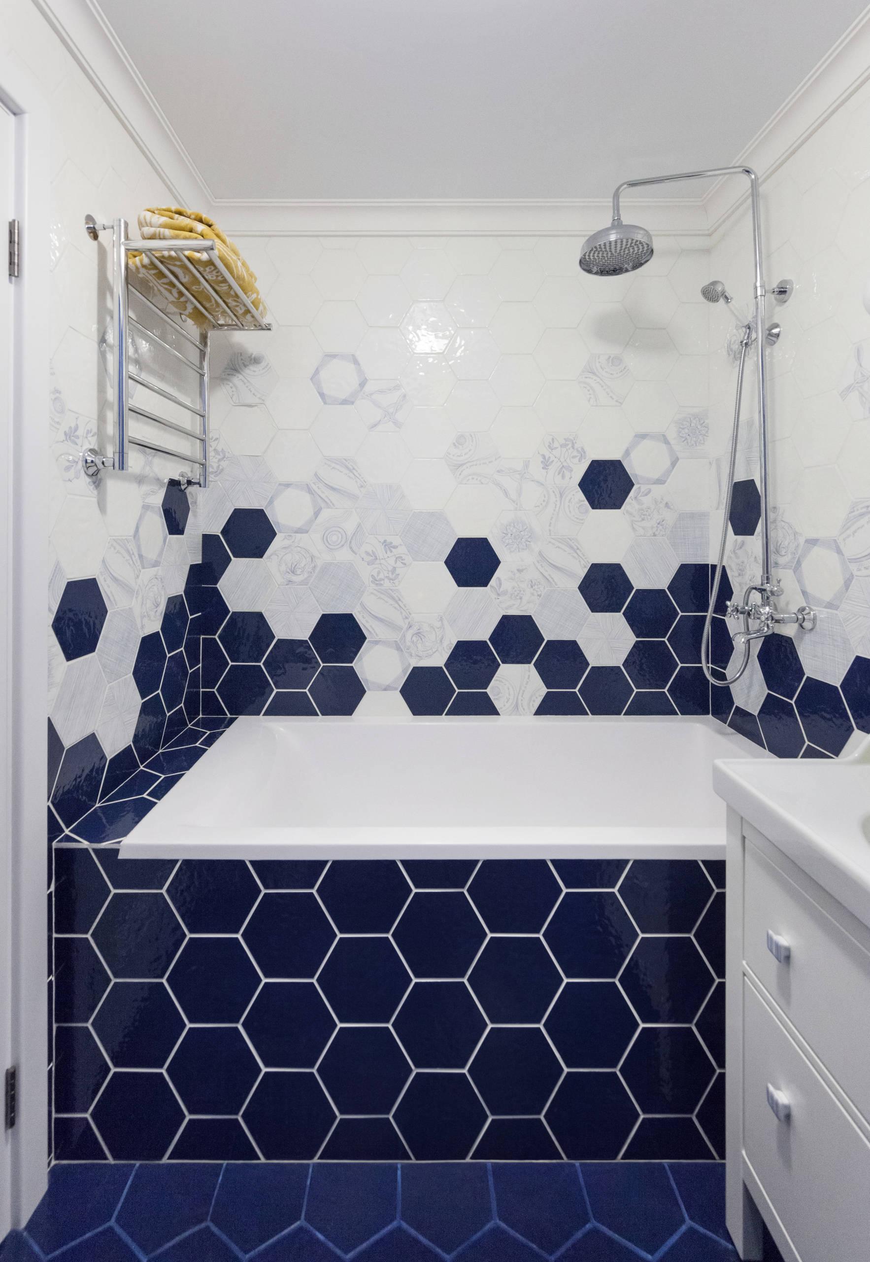 Темно-синяя плитка неоычной формы в сочетании с белым в ванной комнате