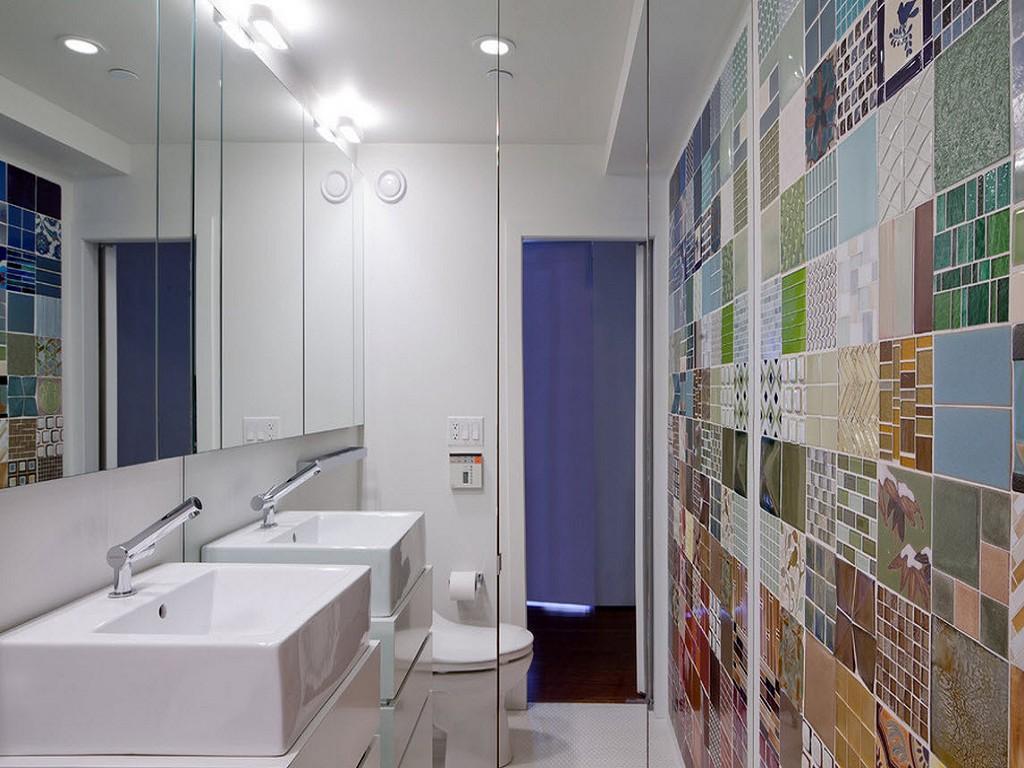 Яркая стена ванной из плитки разных цветов и мозаики.