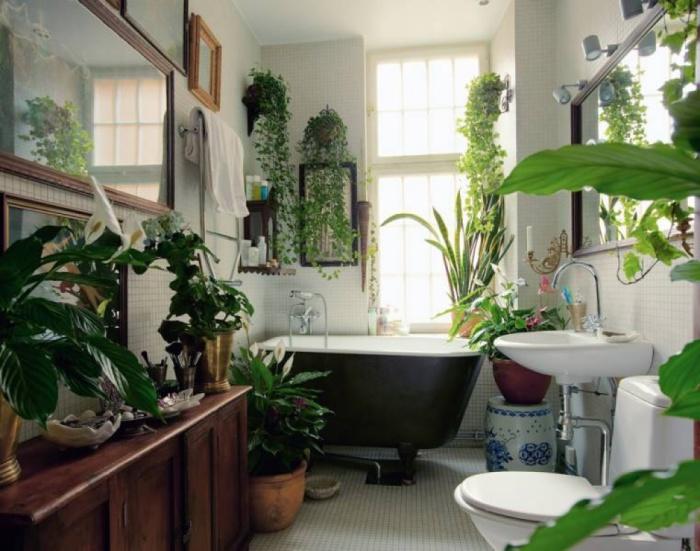 Ванная с живыми цветами