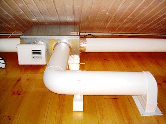 На фото вентиляция ванной комнаты в деревянном доме