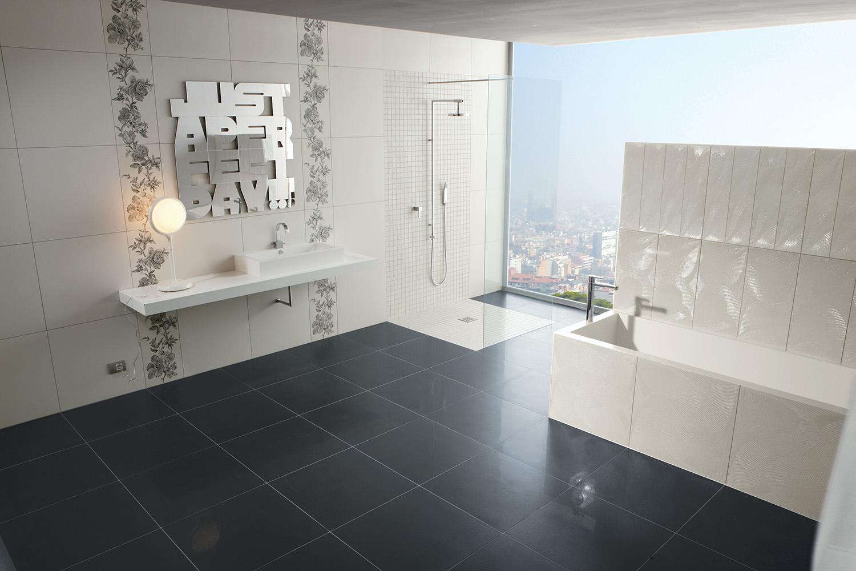 Темная плитка на полу в ванной и белые стены