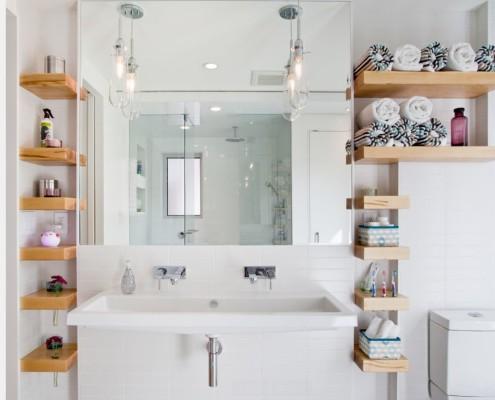 Деревянные навесные полки для ванной